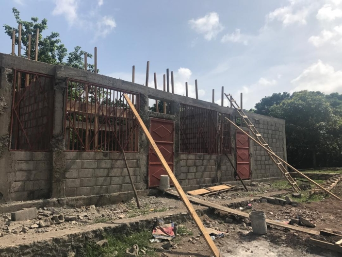 Progress! a new block goes up in one of our partner schools in collaboration with @buildon ... stay tuned for the final product coming this fall! #haiti #hopeforhaiti #school #teamwork